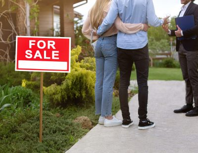 unrecognizable-young-couple-with-real-estate-agent-992MKC7 (1)